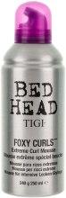 Kup Silnie utrwalająca pianka do włosów kręconych - TIGI Bed Head Foxy Curls Extreme Curl Mousse