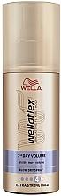 Kup Maksymalnie utrwalający lakier do stylizacji włosów na ciepło - Wella Wellaflex 2nd Day Volume Extra Strong Hold Blow Dry Spray