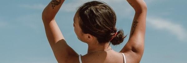 Jak poskromić puszące się włosy? Praktyczne porady